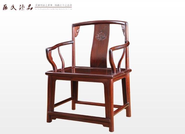 区氏臻品:矮装南官帽椅(小号) 靠背椅 这种椅子的历史较悠久,南北朝时就已经出现,唐代以后使用普遍。靠背椅的造型特征是:只有靠背,没有扶手,而靠背搭脑是不出头的。它的主要变化在靠背上,经常被透雕各种各样的精美花纹。