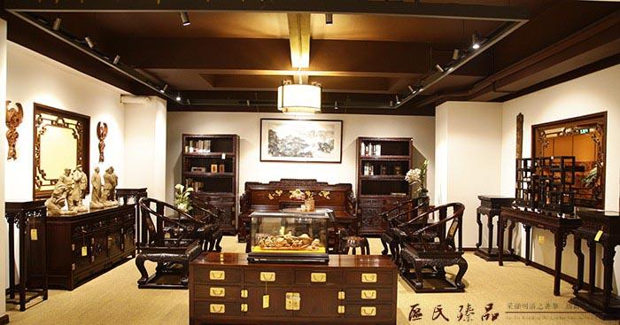 新中式风格的客厅不追求雕梁画栋,墙壁可四白落地,无需过多装饰.