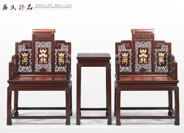 区氏臻品精制蝠庆纹太师椅 清式太师椅按椅背结构基本上可分为整屏式与三屏式两种,而且普遍采用靠背与扶手上下垂直的形式,明式扶手椅中按人体自然曲率设计靠背、扶手的做法已很少见。到了清代晚期,清式太师椅的制作越来越繁琐,单纯地追求新颖,装饰繁重,成为附加品,造型出现了不伦不类、融东西方艺术特征、繁琐累赘的风格。清式太师椅,再也没有明式太师椅圈椅的那种尺度合体,造型简练、挺拔,耐人寻味,细致精密,手感舒适的艺术水平。 清代把屏背式扶手椅称为太师椅,除了对使用这种椅子的官宦、长辈们表示尊敬外,还因为晚清