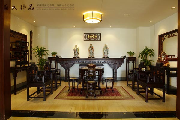 中堂家具,孝悌忠义的完美体现 中堂家具,一般由四仙桌或八仙桌、扶手椅或太师椅成对,再加上长条案和花架等组合而来的家具,在传统的家具中,这也是仅有的一套组合式的家具。在一些影视剧中,我们可以看到一些厅堂的正中央,通常就会摆放着一套中堂家具,中堂家具是所有的传统家具中最为独特的,并且作为会客厅中最为重要的一套家具,它体现了中式传统的礼仪。 谈到中堂家具,我们首先不得不提的是中堂。中堂之说起于唐。因唐、宋两代置政事堂于中书省内,为宰相处理政务之处,中堂因宰相在中书省内办公而得名,后随称宰相为中堂。宰相办公的