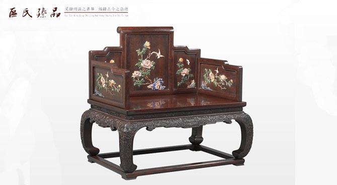 区氏臻品:水龙纹宝座 中国传统的椅凳类家具中,历经了从杌凳、坐墩、交杌、长凳、椅子、宝座这样的一个进化过程。宝座是椅凳类家具中的最高进化形式。 在我国封建社会,宝座是帝王专用的坐具,是极其奢华和高贵的象征。由于是皇帝的坐具,所以宝座用材珍贵,雕刻繁复,造型精致。材质上,宝座选用上等的红木材质,例如紫檀和黄花梨,从最初的材质上就确立其珍贵的地位。  区氏臻品:云龙拐子纹宝座 宝座的造型与罗汉床有些类似,有些宝座的造型、结构和罗汉床相比没有什么区别,只是形体较罗汉床小些。为了使宝座结构稳定,其坐面以下多采用
