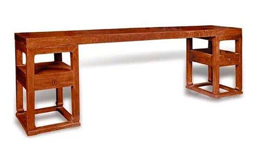 灯挂椅  区氏臻品:透雕如意小灯挂椅 因其造型好似南方挂在灶壁上用以承托油灯灯盏的竹制灯挂而得名。灯挂椅是明代最为普及的椅子样式。也可以说是自五代和宋以来的普及样式。 明代灯挂椅的基本特点是:圆腿居多,搭脑向两侧挑出,整体简洁,只作局部装饰。有的在背板上嵌一小块玉,或嵌石、嵌木,或者雕一简练的图案。座面下大都用牙条或券口、圈口予以装饰。四边的枨子,有单枨、有双枨、有的用步步高式(即是前枨低,两侧枨次之,后枨最高。)而在落地枨(也叫踏脚枨)下,一般都用牙条。两后退有侧脚和收分。整体感觉是挺拔向上,简洁清