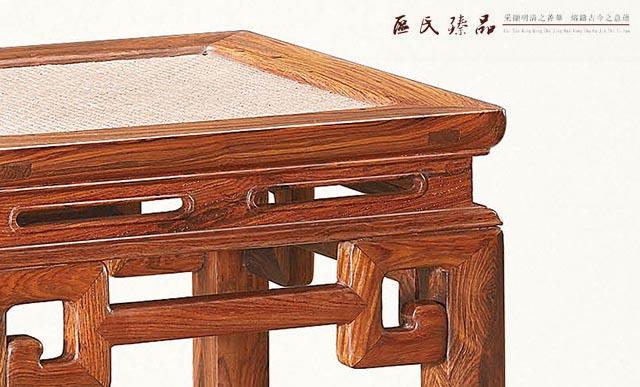 认识了解老家具,首先要清楚老家具各个部分的行话术语,中国传统的老家具源远流长,历史悠久,每一个部件的名称都蕴含着深厚的文化内涵,今天小编为大家介绍罗锅枨的由来及演变过程。  罗锅枨 罗锅枨也叫桥梁枨,是明式家具上常见的构件的名称,是指一种中部高,两头低的枨子,因背部高耸如罗锅儿而得名。罗锅枨也是中国传统家具所特有的一个元素,体现了浓郁的古典文化,在八仙桌,官帽椅,案几等许多家具样式中都有出现。  区氏臻品:扶手式罗锅枨圈椅(黄花梨) 罗锅枨是我国古代家具中经常出现的结构造型之一,它也是判断家具年代的一