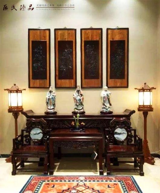 区氏臻品生产的座子,精致灵动 中国座子之用,犹如欧美的传统画框,能使其衬托的艺术品在芸芸作品中脱颖而出,看来超尘脱俗、与众不同,亦可彰显藏家对之青眼有加、珍若拱璧。但二十世纪之前,当时西方的收藏家和博物馆馆长大多推崇其简单直接、线条明快的美学,故而将这些备受误解的座子束之高阁,甚或弃如敝履,并将座子上的中国陶瓷、玉器、青铜器和其他古玩直接放在几架上,再收于陈列柜内。  区氏臻品生产的座子,精致灵动 循着这条思路,他们有时还会把图卷的绢裱裁去,再镶上镜框。虽惜之已晚,但学者、藏家和博物馆馆长现已意识到,这