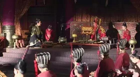 随着岁末大剧《芈月传》的热播,大家除了被剧中错综复杂的剧情和演员高超的演技吸引之外,很多人也开始关注到剧中高频率出现的精美漆器。诚然华丽的镜头背后漆器比比皆是,如此可见实用漆器在战国时期贵族王室的使用可见一斑。  侍女手拿盛放膳食的漆盒 中国古代漆器的工艺,早在新石器时代就已经出现,殷商时代已有石器雕琢,觞酌刻镂的漆艺。《芈月传》里为我们呈现这些道具的同时,也在为我们叙述源远流长的文化历史。现在我们聊聊镜头后的那些精美的漆器!  楚威王身前的漆案、漆器,身后的漆器屏风甚是华美  狩猎纹卮 战国 湖南
